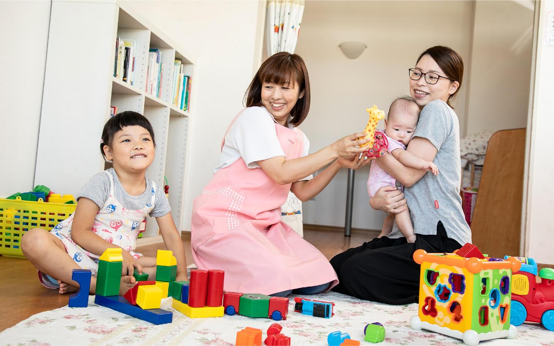 赤ちゃん・子供と遊ぶ女性